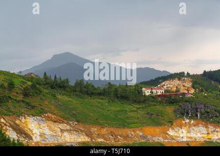 Einsame Gebäude auf einem felsigen Hügel in SaPa, Vietnam, Asien - Stockfoto