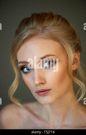 Porträt einer schöne Miniatur Braut in einem Spitzen Kleid. Haar mit Locken. Schwerpunkt in Make-up auf den Augen. Blond. - Stockfoto