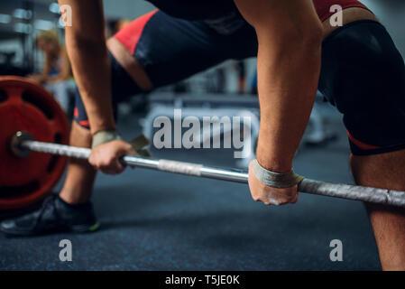 Männliche Athlet bereitet die Langhantel, Kreuzheben zu ziehen, Fitnessraum Interieur für den Hintergrund. Weightlifting Workout in Sport oder Fitness, Bodybuilding - Stockfoto