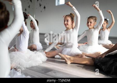 Kleine Ballerinas im Ballett Studio. Gruppe der glücklichen Mädchen zusammen trainieren - Stockfoto