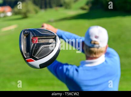 Golf Spieler Schlagen einer Kugel - Stockfoto