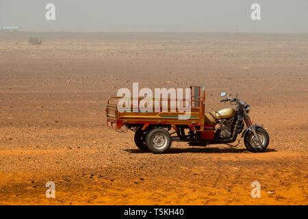 Meroe, Sudan, Februar 11., 2019: Motorrad in einen Lieferwagen mit Ladefläche in der Wüste des Sudan umgewandelt - Stockfoto