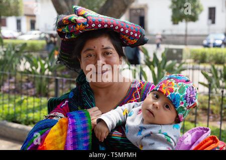 Mittelamerika - einem guatemaltekischen Mutter und Kind in bunten lokalen Kostüm; Antigua Guatemala Lateinamerika - Stockfoto
