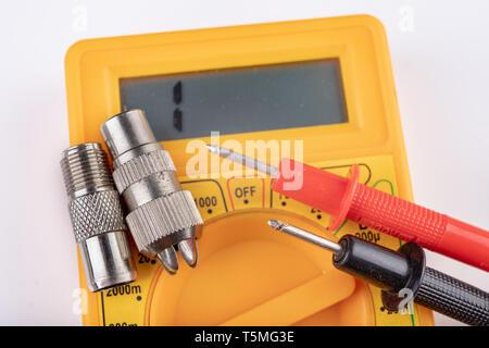 Kleine elektrische Arbeit in Workshops. Anschlüsse für TV-Installationen. Hellen Hintergrund. - Stockfoto