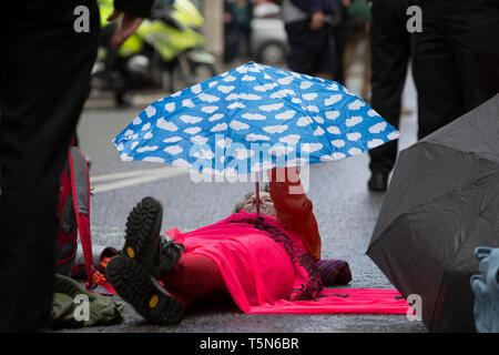 Die demonstranten sich Kette und Leim Körperteile auf der Straße in der Fleet Street auf der 11. und letzten Tag der Proteste, Road-Blockaden und Festnahmen in London durch die Klimawandel Kampagne Aussterben Rebellion, am 25. April 2019 in London, England. - Stockfoto
