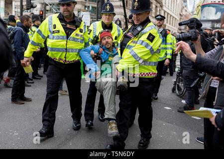Ein Umweltaktivist ist in Abschnitt 14 der öffentlichen Ordnung Handeln nach dem Blockieren die Autobahn an der Bank in der Londoner City auf der 11. und letzten Tag der Proteste, Road-Blockaden und Festnahmen in London durch die Klimawandel Kampagne Aussterben Rebellion, am 25. April 2019 in London, England verhaftet. - Stockfoto