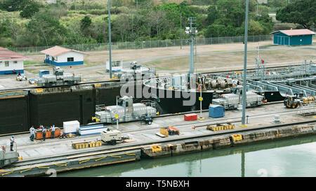"""Elektrische Lokomotiven, die als """"Modulen"""", die Führung der Schiffe, die durch den Miraflores Schleuse des Panamakanals bekannt - Stockfoto"""