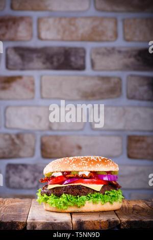 Köstliche frische Hamburger auf hölzernen Tisch - Stockfoto