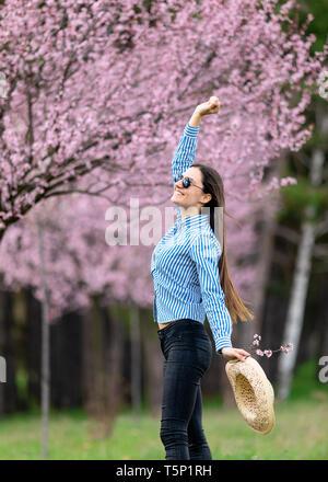 schöne junge Frau in blühenden Kirschbaum-Blüten-Garten - Stockfoto