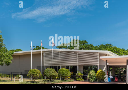 Darwin Australien - Februar 22, 2019: Military Museum in grüner Umgebung unter blauem Himmel. Flags in Front. - Stockfoto