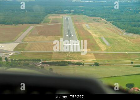 Ein Blick aus dem Cockpit eines Sport Flugzeuge an den Start- und Landebahn eines Flugplatzes - Stockfoto