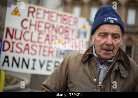Glasgow, Schottland, 26. April 2019. 78-Jahre alt Jim Gillies steht auf dem George Square mit seinem Plakat 1986 in Erinnerung an die Reaktorkatastrophe von Tschernobyl in der Ukraine. Heute ist der 33. Jahrestag der Katastrophe und Jim Gillies hat das Disaster Tag markiert, indem er mit seinem Plakat auf dem Platz je Jahr, da, sowie mehr als 20.000 £ GBP Spenden an einem Krankenhaus in der Ukraine, ein Land, das er jetzt ca. 20 Mal besucht hat. Quelle: Jeremy Sutton-hibbert/Alamy leben Nachrichten - Stockfoto