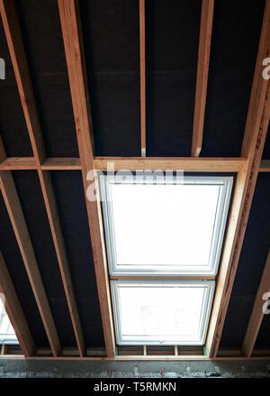 Dachgeschoss und deckenhohen Fenstern im renovierten Haus im Bau - Stockfoto