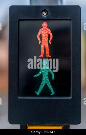 Das klassische Design der Fußgängerampel zeigt sowohl das Rote und das Grüne Männchen aufleuchtet. - Stockfoto