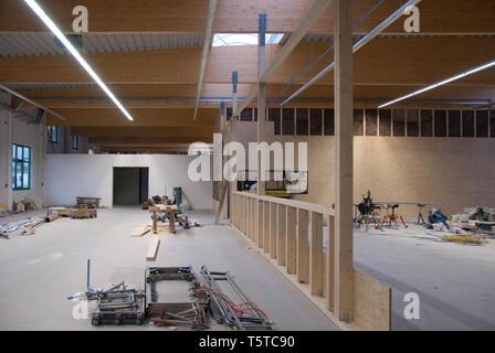 Eine große Fabrik gebäude ist in einem Lagerhaus umgewandelt - Stockfoto