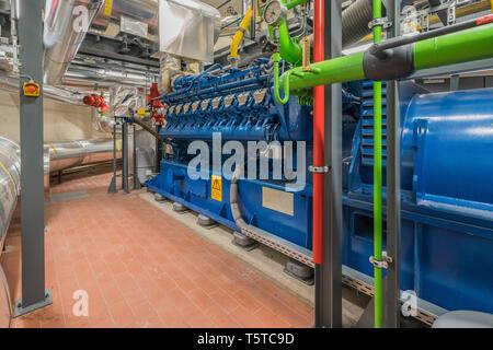 Eine riesige Erdgas Motor arbeitet in einem Blockheizkraftwerk und liefert ein Bezirk mit Wärme - Stockfoto