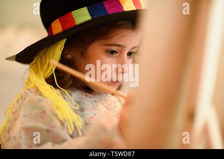 Kleines Mädchen malen ein Bild zu Hause - Stockfoto