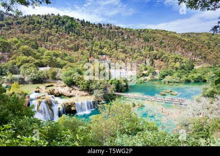 Krka, Sibenik, Kroatien, Europa - 28. AUGUST 2017 - die Touristen wandern und baden an den Nationalpark Krka - Stockfoto