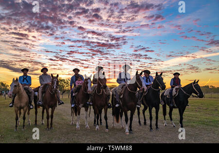 Moderne 'Gauchos' Reiten ihre Pferde während eines Festivals in San Antonio de Areco.. Buenos Aires, Argentinien - Stockfoto