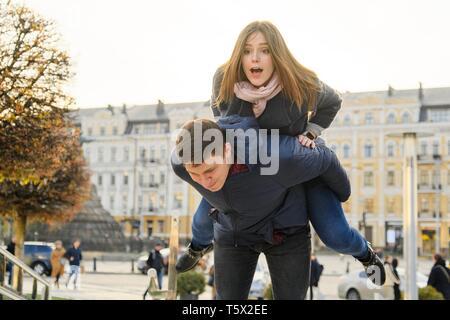 Jugend Spaß im Frühjahr Stadt, schöne Lustige junge Mann und Frau, goldene Stunde. - Stockfoto