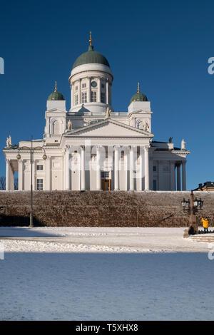 Die imposante finnische evangelisch-lutherische Kathedrale in einem schneebedeckten Senatsplatz in Helsinki, Finnland. - Stockfoto