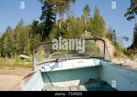 Alte Motorboot an der Küste des Flusses - Stockfoto