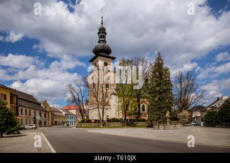 Katholische Kirche des Heiligen Kunhuta am Hauptplatz, Nové Město na Moravě, Mähren, Tschechien - Stockfoto