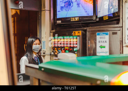 Portrait der taiwanesischen u-bahn Leiter durch Drücken der Taste der u-bahn Tür an der U-Bahnstation in Taipeh zu schließen. - Stockfoto