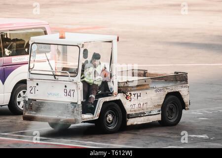 Asiatische Bodenpersonal parkplatz Cargo Truck an einem Parkplatz in der Flugplatz - Stockfoto