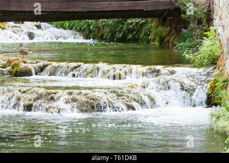 Krka, Sibenik, Kroatien, Europa - eine hölzerne Brücke über einen Fluss Kaskaden führenden - Stockfoto