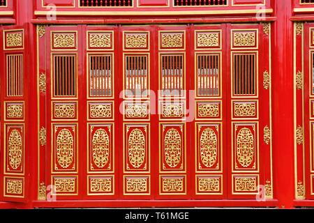 Die grossen roten Carving Holz Türen in den Farbton Palace - Stockfoto