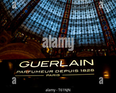 Paris, Frankreich, August 18,2018: Guerlain Logo auf dem Display in der Galeries Lafayette - Stockfoto