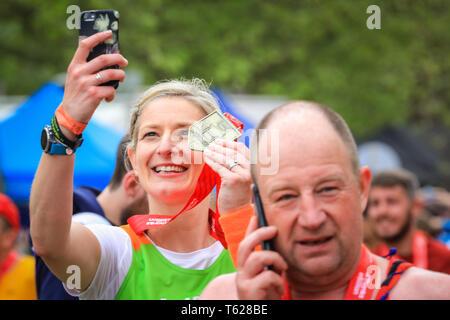 London, Großbritannien. 28. Apil 2019. Selfie Zeit! Über 40.000 Starter sind wieder einmal konkurrieren in der Virgin London Marathon, einschließlich derer, die auf der Rasse für Nächstenliebe, in Clubs, in Erinnerung an die Lieben und als persönliche Lebenszeit Ziele. Credit: Imageplotter/Alamy leben Nachrichten - Stockfoto