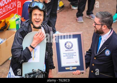 London, Großbritannien. 28. Apil 2019. Über 40.000 Starter sind wieder einmal konkurrieren in der Virgin London Marathon, einschließlich derer, die auf der Rasse für Nächstenliebe, in Clubs, in Erinnerung an die Lieben und als persönliche Lebenszeit Ziele. Credit: Imageplotter/Alamy leben Nachrichten - Stockfoto