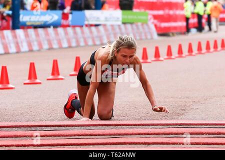 London, Großbritannien. 28. April 2019. Britische Athleten Hayley Carruthers kollabiert kurz vor Ende der London Marathon vor tapfer kriechen die letzten paar Meter ihr persönliches gut abzuschließen. Über 40.000 Menschen im Jahr 2019 Virgin Money London Marathon. Credit: Dinendra Haria/Alamy leben Nachrichten - Stockfoto