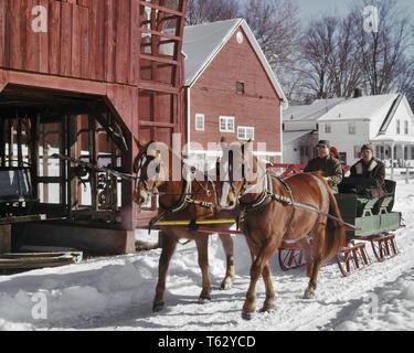 1960s PAAR MANN FRAU TREIBER & REITEN IN PFERDEKUTSCHEN ZWEI PFERD OPEN FARM SLEIGH IN schneereichen Winter ländlichen Stadt VERMONT USA - kw 2712 Gesetz 001 HARS GEMEINSCHAFT VERMONT FARBE ALTE STADT ZEIT NOSTALGIE OLD FASHION 1 Pferde TEAMWORK URLAUB FREUDE LIFESTYLE FRAUEN VERHEIRATET LÄNDLICHEN EHEPARTNER EHEMÄNNER GROWNUP UNITED STATES KOPIE RAUM FREUNDSCHAFT IN VOLLER LÄNGE DAMEN PERSONEN SCENIC GROWN-UP VEREINIGTE STAATEN VON AMERIKA LANDWIRTSCHAFT MÄNNER TRANSPORT SCHLITTEN VERSCHNEITE NORDAMERIKA WINTER NORDAMERIKANISCHEN WINTER ZEIT WEG GLÜCK SÄUGETIERE ABENTEUER REISE KURZURLAUB AUFREGUNG LANDWIRTE ERHOLUNG KUTSCHENFAHRTEN NORDOSTEN IN - Stockfoto