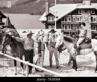 1930er Jahre ZWEI COWBOYS TRAIL HÄNDE UND MANN UND FRAU GREENHORN PAAR 3 Pferde MANY GLACIER GLACIER NATIONAL PARK, MONTANA USA-r 6302 HAR 001 HARS FREUNDSCHAFT IN VOLLER LÄNGE SATTEL VEREINIGTE STAATEN VON AMERIKA WESTERN TRANSPORT B&W COWBOYS ZEIT WEITWINKEL GLÜCK HOHEN WINKEL ABENTEUER STILE REISE UND URLAUB AUFREGUNG WORLD GLACIER NATIONAL PARK AUTHORITY GREENHORN GÄSTE URLAUB BERUFE KONZEPTIONELLE DUDE RANCH MT STILVOLLE MODE Mitte - Mitte - erwachsenen Mann Mitte der erwachsenen Frau ENTSPANNUNG ZWEISAMKEIT FERIEN SCHWARZ UND WEISS KAUKASISCHEN ETHNIE HAR 001 ALTMODISCH - Stockfoto
