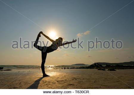 sommer sonnenuntergang yoga session auf schönen kai bae