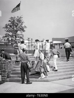 1960er Jahre 1950er Jahre TEENAGER STUDENTEN AUF SCHRITTE AUSSERHALB EINER HIGH SCHOOL GEBÄUDE - s8778HAR 001 HARS ARCHITEKTUR FRAUEN GESUNDHEIT KOPIE RAUM FREUNDSCHAFT IN VOLLER LÄNGE PERSONEN MÄNNER PUBERTIERENDE TEENAGER GEBÄUDE B&W GLÜCK EIGENSCHAFTSFORMATEN NETWORKING AUFREGUNG AUSSEN HIGH SCHOOL HIGH SCHOOL REAL ESTATE VERBINDUNG STRUKTUREN STILVOLLE TEENAGED EDIFICE MODEN Wachstum von Jungfischen ZWEISAMKEIT SCHWARZ UND WEISS KAUKASISCHEN ETHNIE HAR 001 ALTMODISCH - Stockfoto