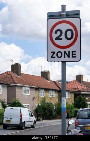 Zeichen für eine Geschwindigkeit von 20 km/h Zone auf dem Downham Immobilien in Lewisham, London. - Stockfoto