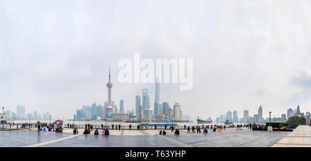 Bezirk Pudong und den Huangpu Fluss gesehen vom Bund (Waitan) Anfang März 2019 Wenn die AQI (Air Quality Index) über 200, Shanghai, China. - Stockfoto