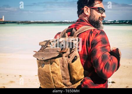 Reisen und Rucksack wanderlust Konzept Menschen mit Erwachsenen hipster Mann mit Bart und Sonnenbrille genießen die Outdoor Freizeitaktivitäten Aktivität mit Strand und sein Stockfoto