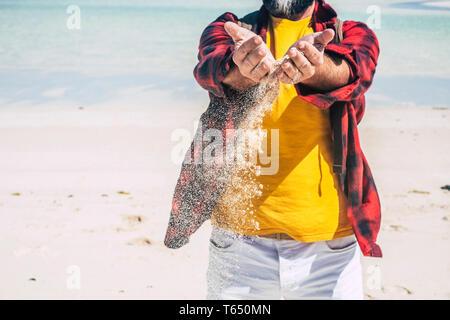 Reisen und Sommerurlaub Urlaub mit Mann hält Sand in die Hände zu fallen - der Tag der Erde Konzept mit Leuten die mit dem Genießen der Natur - Strand- und Trans