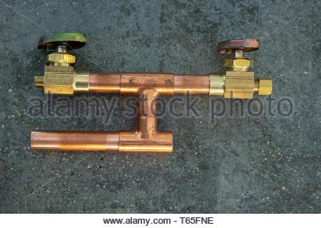Cut Kupferrohre und fittings für sodder auf grauem Beton Zähler vorbereitet. DIY Home Improvement Konzept. - Stockfoto