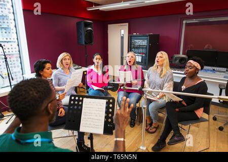 Frauen Chor mit Noten singen in Music Recording Studio - Stockfoto