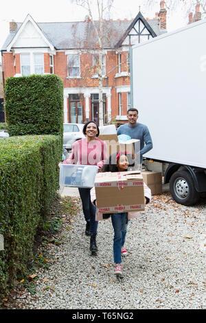 Familie Umzug in neues Haus, Eigentum von umzugswagen in Einfahrt - Stockfoto