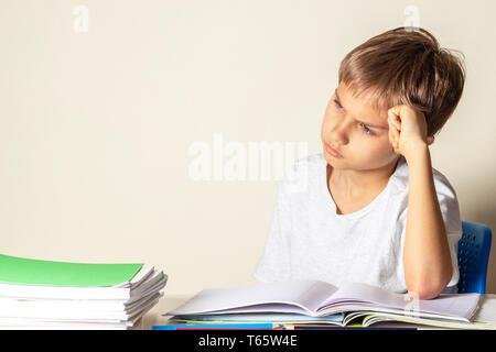Müde umgekippt Schuljunge mit Haufen von Schule Bücher und Notebooks - Stockfoto