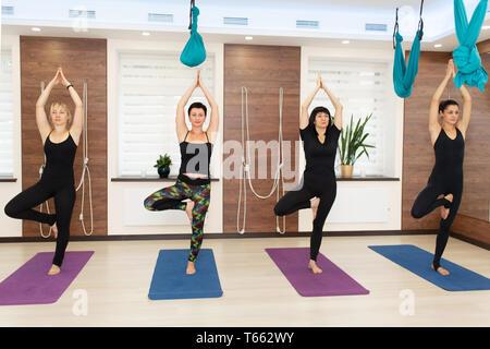 Gruppe von womans Yoga Übungen in der Turnhalle. Fit- und Wellness lifestyle - Stockfoto