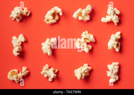 Popcorn Muster auf rotem Hintergrund. Flach - Stockfoto