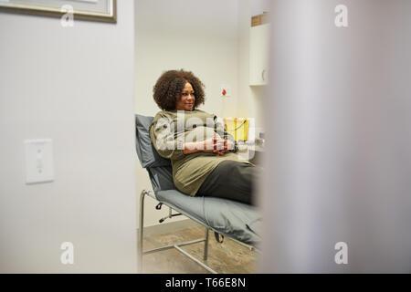 Patientin in der Klinik Untersuchungsraum - Stockfoto